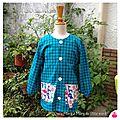 IMG_9846-tablier-ecolier-ecole-blouse-uniforme-maternelle-petite-section-vichy-carreau-bleu-canard-vert-turquoise-garcon-mixte-bouton-poche-fille-owly-mary-du-pole-nord-fait-main