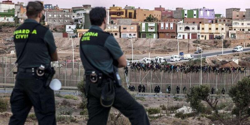 la-guardia-civil-espagnole-tente-dempecher-les-immigrants-africains-de-franchir-la-barriere-frontaliere-separant-le-maroc-de-lenclave-espagnole-de-melilla