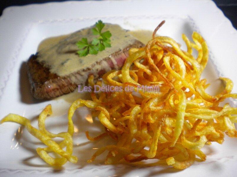 Steak au roquefort et frites bouclettes