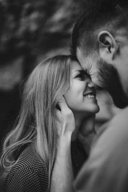 couple-heureux-front-contre-front-il-laa-tient-sous-les-cheveux-regard-sourire-complice-amoureux-noir-et-blanc-majmajest
