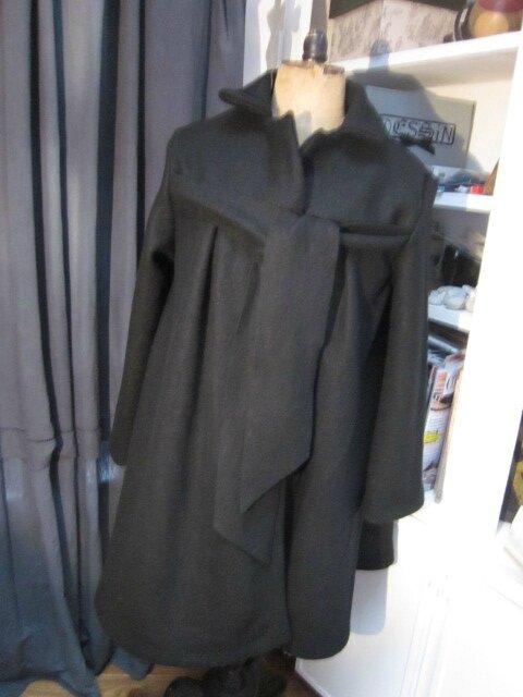 Manteau AGLAE en laine bouillie noire fermé par un noeud dans le même tissu (17)