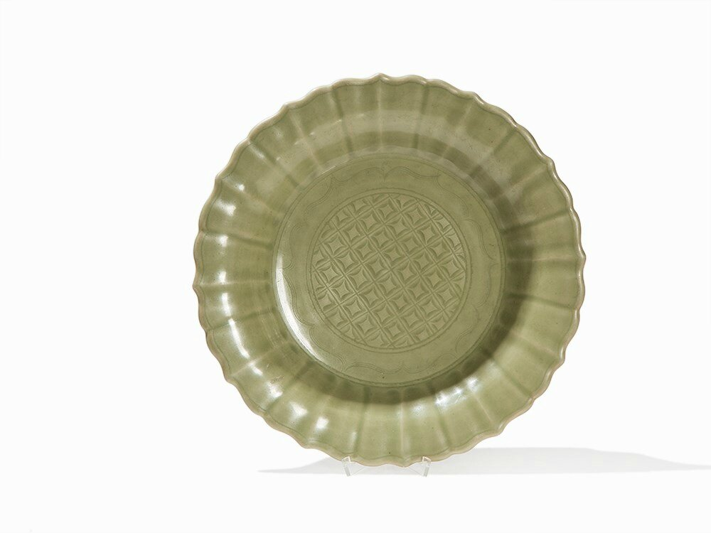Large Longquan Celadon-Glazed Dish With Lobed Rim, Early Ming dynasty (1368-1644)