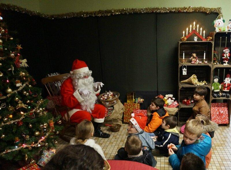le Père Noël raconte une histoire aux enfants