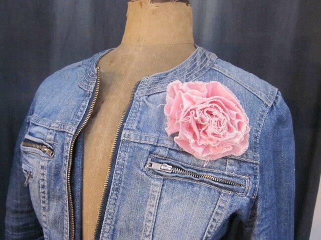 Broche fleur EVELYNE en lin rose pâle (2)