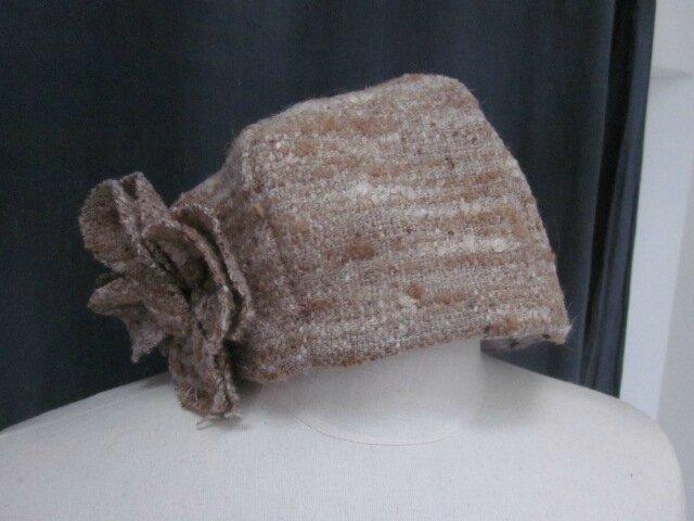 Chapeau AGATHE en lainage beige caramel avec fleur - doublure de coton écru à pois noirs (2)