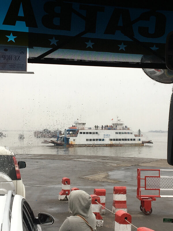 Le ferry qui a emmené le bus sur l'île de Cat Ba