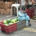 Sur le marché, des papayes vertes, bonnes en gratin ou en salade