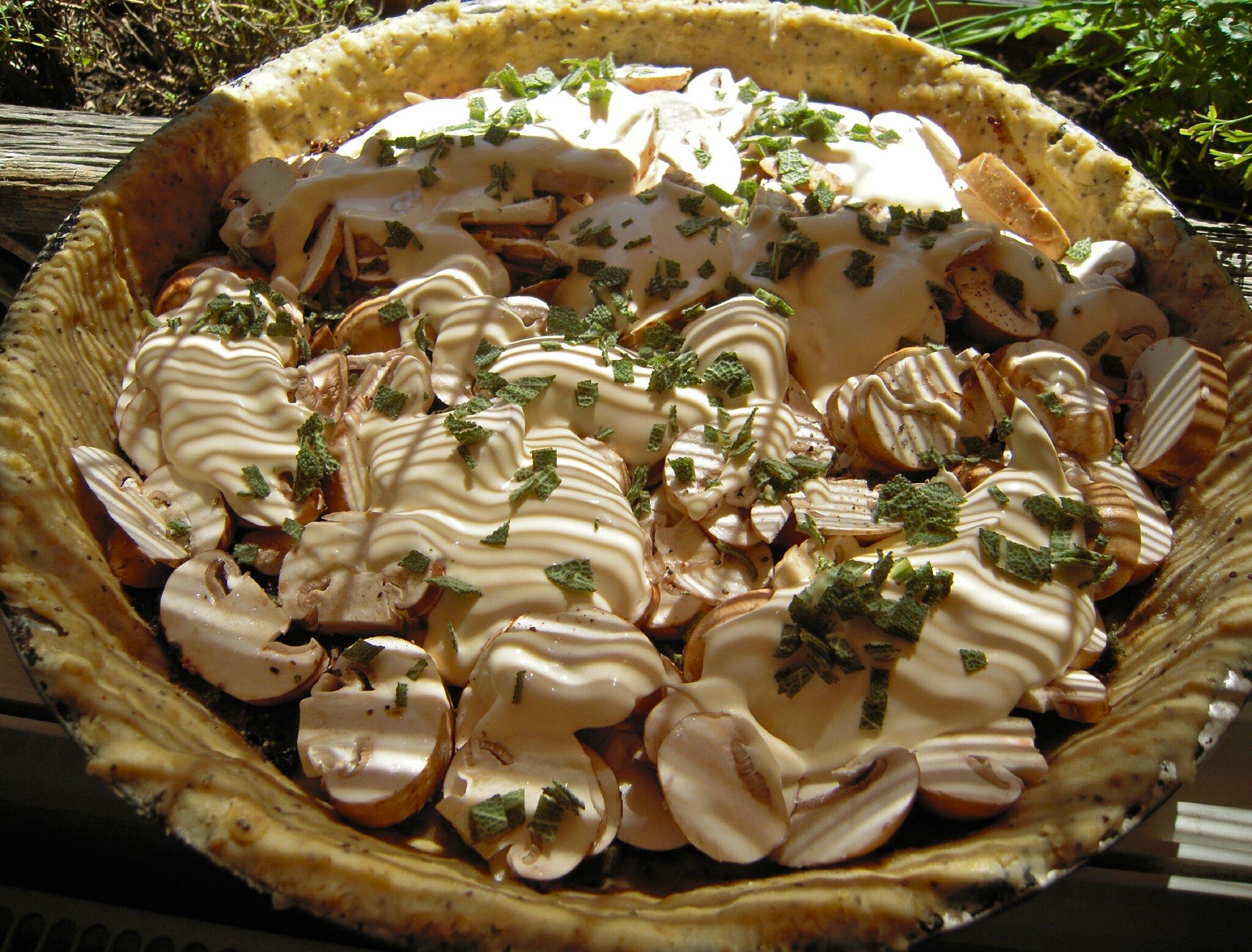 Tarte à la tapenade noire - champignons de Paris et sauge