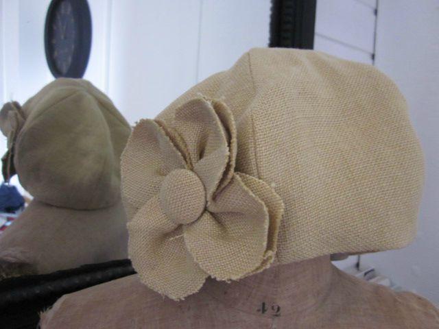 chapeau en lin ocre fâné avec fleur