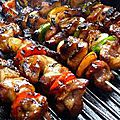 Brochette geantes boeuf, fruits seches, lard,sauce tomate