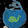 Sacoche bleue et escargot