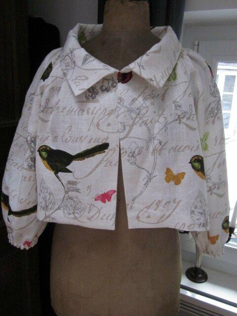 Veste BLANCHE en lin balcn cassé imprimé oiseaux fermée par un petit crochet (3)