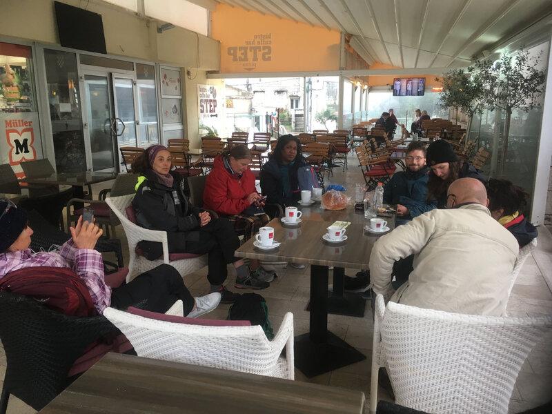 L'équipage se rassemble au bar après la visite de Korcula 080419