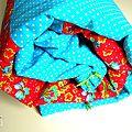 Couverture et coussins rouges à fleurs/pois bleu