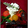 Bouquet, palmier et coupelles de fruits colorés