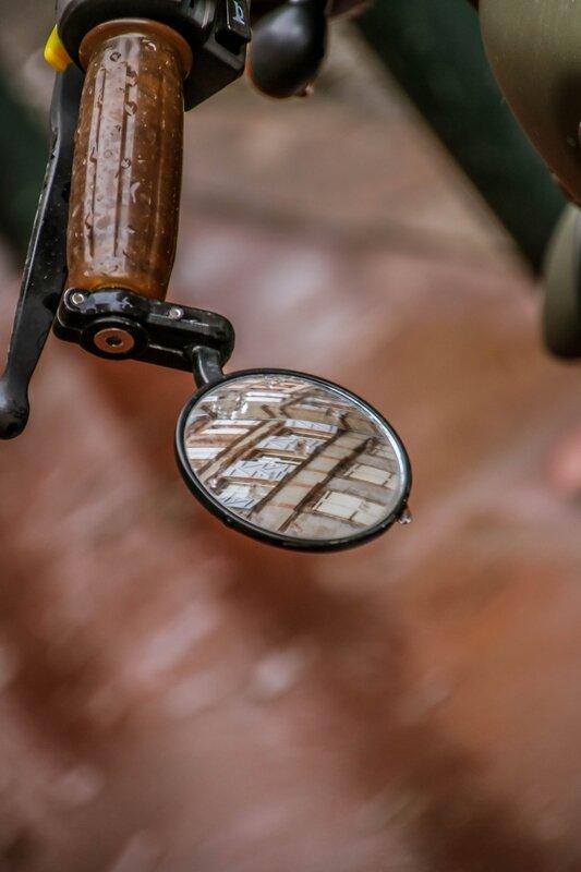 Bâtiments se reflétant dans le rétroviseur d'une moto