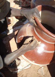 graveur sur poteries MOPTI Mali