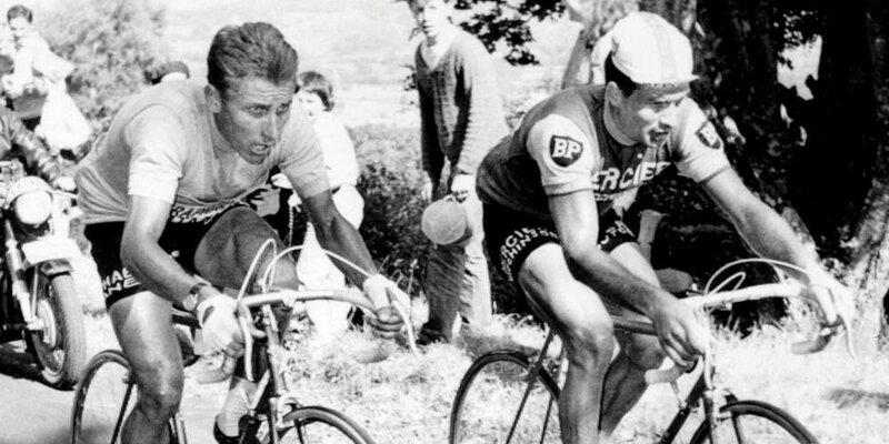 le-12-juillet-1964-raymond-poulidor-a-droite-au-au-coude-a-coude-avec-son-compatriote-jacques-anquetil-maillot-jaune-dans-l-ascension-du-puy-de-dome-lors-de-l
