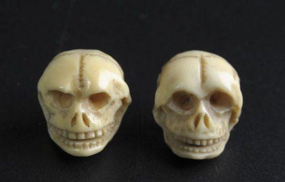 Paire de boutons de col stylisant des crânes grimaçant. Ivoire. XIXe siècle. photo Delorme - Collin du Bocage
