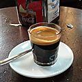 Dernier café dans un vieux bar à tapas