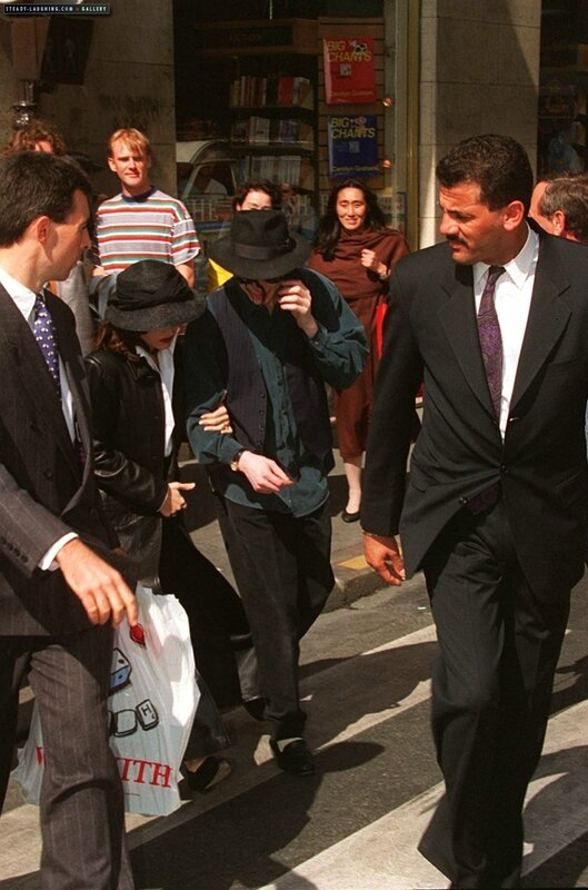 michael-and-lisa-marie-presley-visit-the-chateau-de-versailles-in-france(78)-m-7