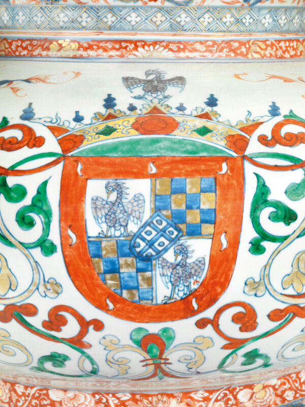 2019_CKS_17726_0051_001(a_pair_of_chinese_verte-imari_armorial_wine_coolers_for_the_portuguese)