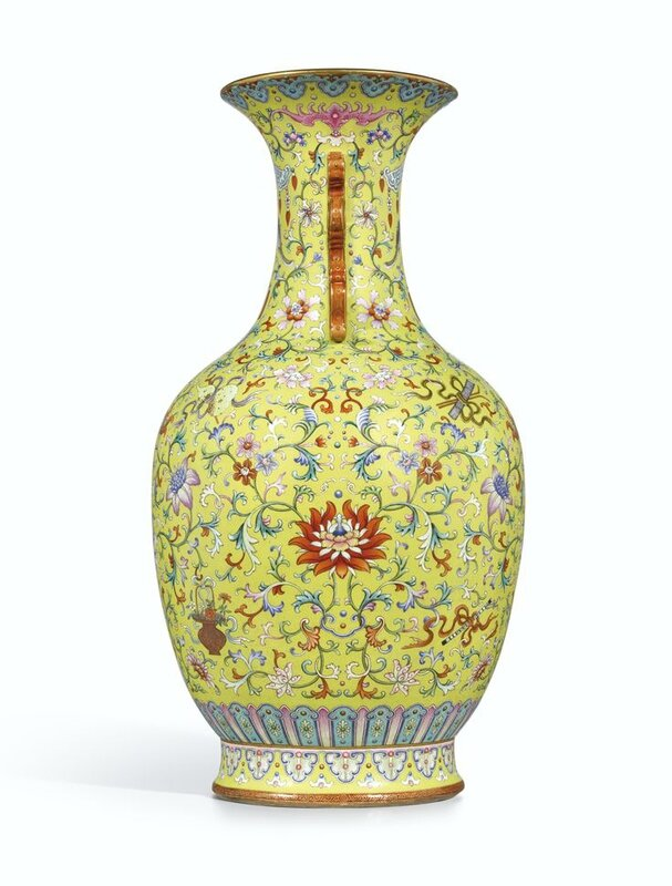 A magnificent and monumental yellow-ground famille-rose 'Anbaxian' sgraffiato vase with dragon handles, seal mark and period of Qianlong (profil)