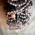 Echarpe froufrou rose pale et gris et ses perles d'ivoire végétal