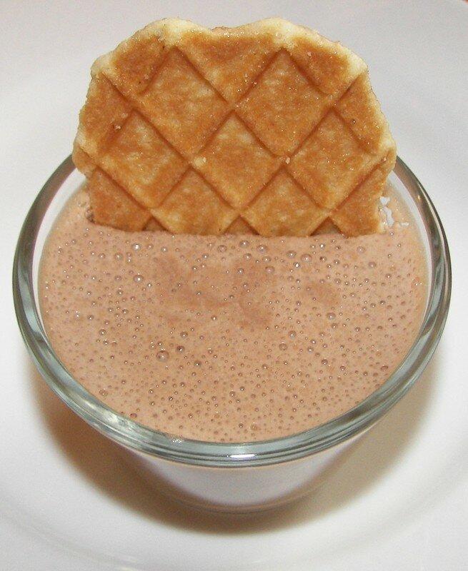 Mousse/flan au chocolat au lait aux éclats de framboises