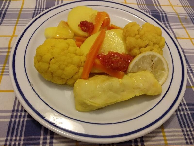 Filets de merlu et chou-fleur aux pommes de terre au court bouillon