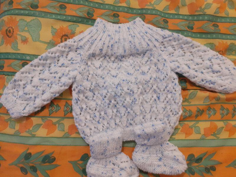 Brassière et chaussons pour le bébé des voisins (2)