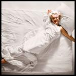 1961-11-17-santa_monica-by_douglas_kirkland-bed-020-2