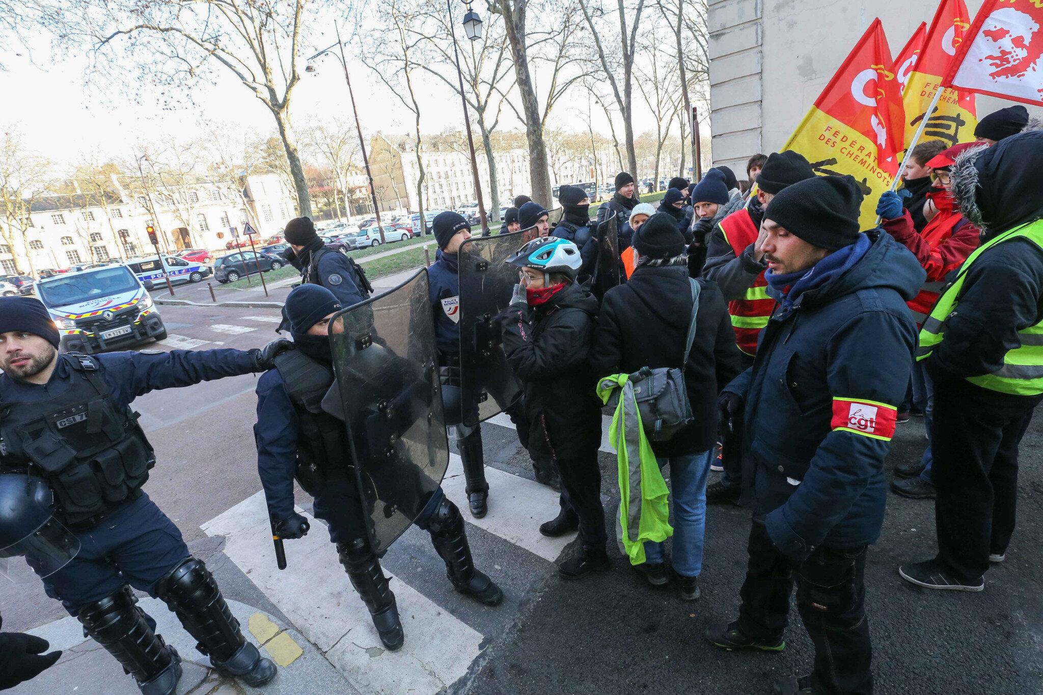 Macron rencontre 150 patrons au château de Versailles, CGT et Gilets jaunes se mobilisent. © Michel Stoupak. Lun 21.01.2019, 11h56m42.