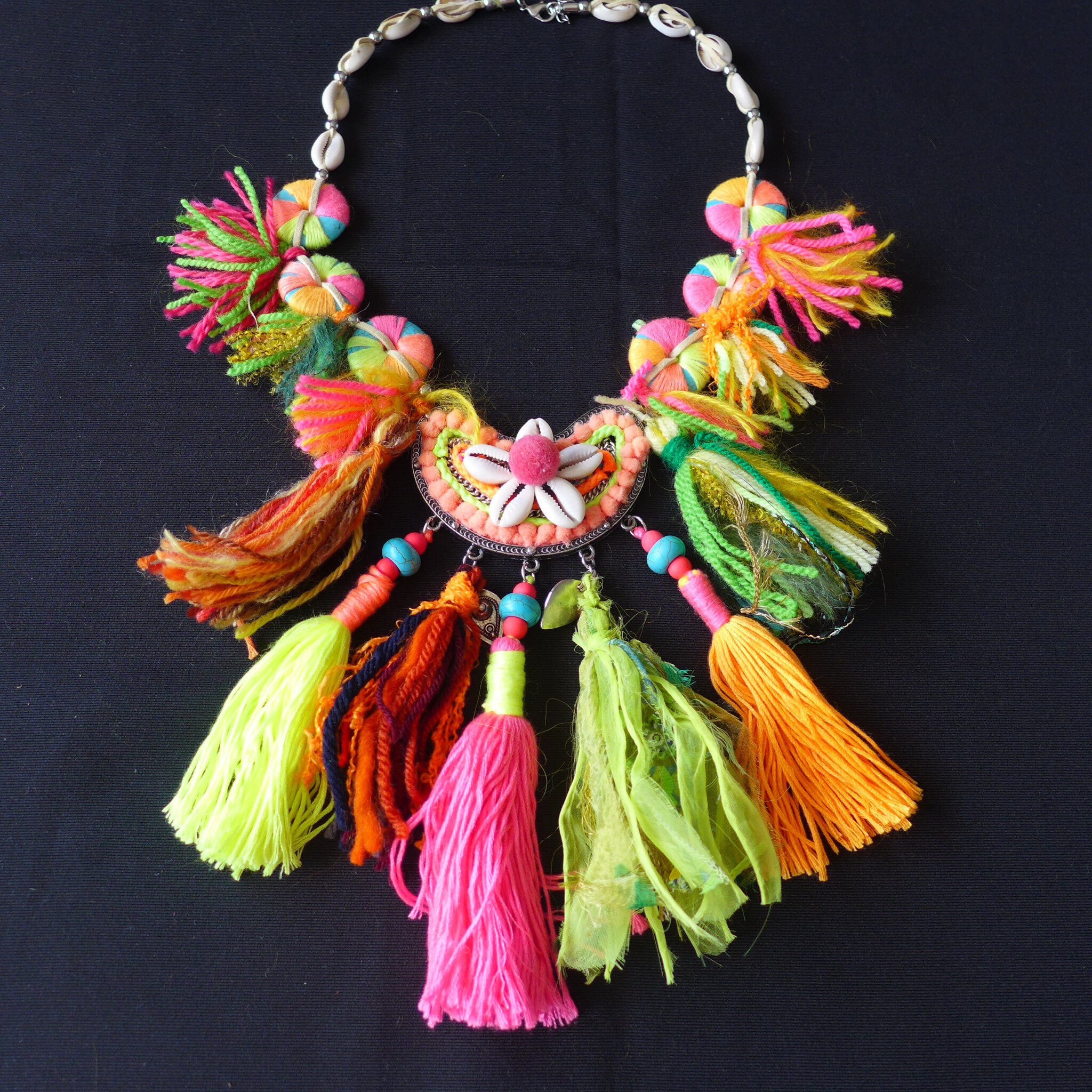 collier ponpoms multicolores de yurtao
