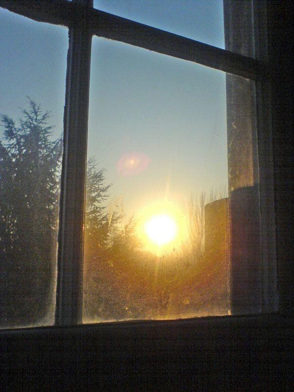 le soleil se l ve travers la fen tre photo de soleils couchant levant lev paysages. Black Bedroom Furniture Sets. Home Design Ideas