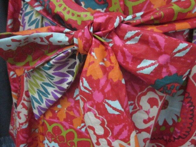Ciré AGLAE en coton enduit multicolore sur fond rouge fermé par un noeud (7)