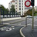 Pont chemin français/ nicolas bruand...borne cassée...tout le monde roule...bonjour les nuisances et le danger!....