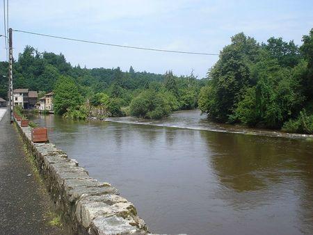 1-800px-Vienne_river_and_watermill_Pont-de-Noblat_(Haute-Vienne,_Fr)[1]