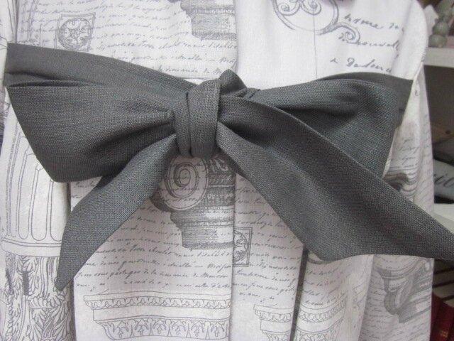 Manteau AGLAE en toile de coton imprimé Architecture gris fermé par un noeud de lin gris (4)
