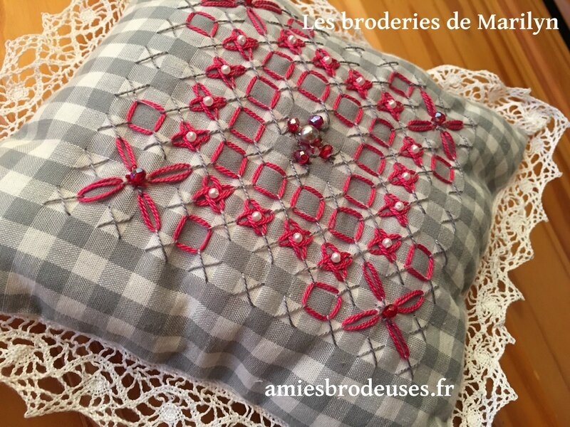 broderie suisse cousin rouge