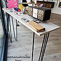 Des consoles bois/métal minimalistes pour une vitrine d'opticien