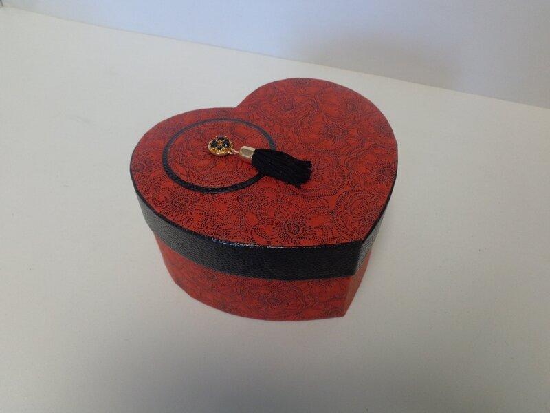 Boite coeur rouge et noir