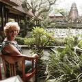 Ubud - Odile au Café Lotus devant le temple Saraswati