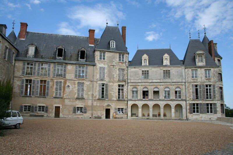 Saint-Brisson, les ailes principales (nord) du château vues depuis la cour (photo A. Estienne)