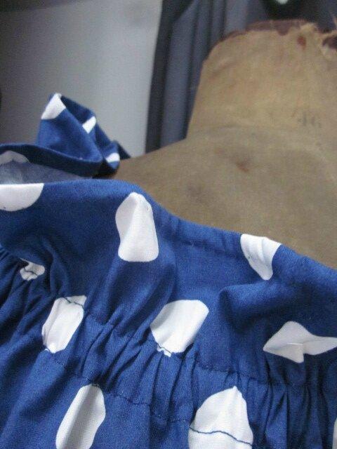 Robe Albane trapèze avec encolure et manches courtes froncées en coton bleu à gros pois blancs (4)