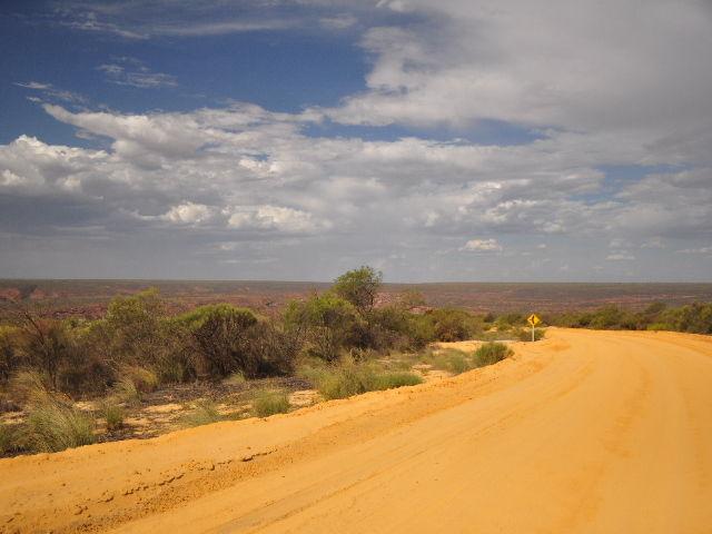 Route de désert jaune