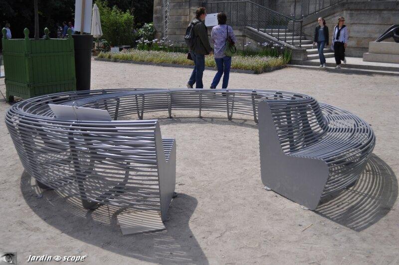 Banc circulaire très disign (Jardins, Jardin aux Tuileries - 05/