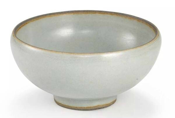 A small celadon-glazed bowl, Song dynasty
