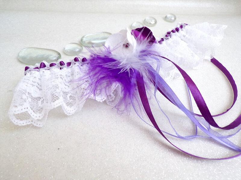 Jarretière de mariage blanc violet dentelle plumes