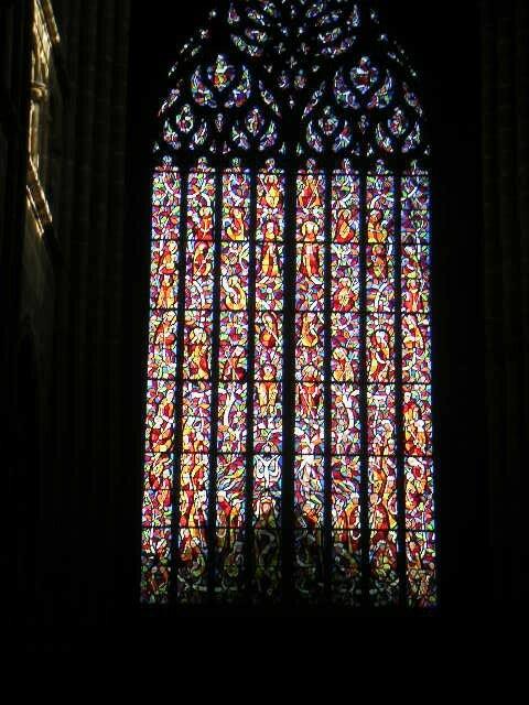 Le vitrail flamboyant du portail des cloches